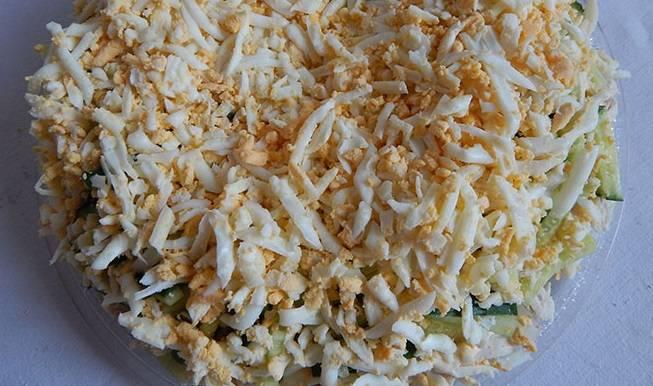 12. Смажьте огурцы тонким слоем майонеза и выложите яйца.