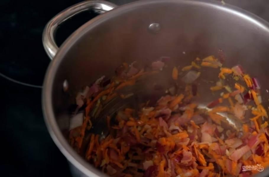 2. Далее добавьте к нему мелко нарезанный лук, обжарьте несколько минут. После этого добавьте натертую (или мелко нарезанную) морковь и чеснок. Обжарьте до готовности овощей.