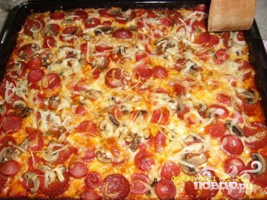 Домашняя пицца с колбасой