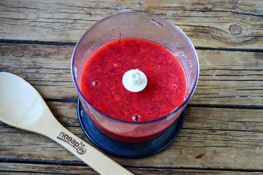 Измельчите клубнику в блендере или кухонном комбайне до состояния пюре. Если клубника кисловата, то можно добавить немного сахара или меда по вкусу.