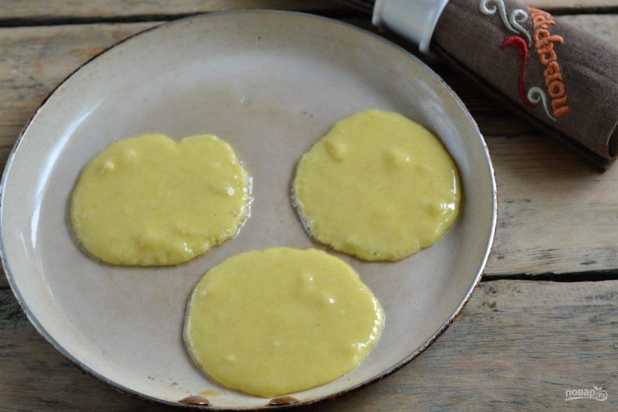 6. На сковороду вылейте четвертую часть масла, хорошенько разогрейте его. Ложкой выливайте небольшие количество теста на небольшом расстоянии друг от друга, чтобы оладьи не слиплись. Жарьте оладьи с двух сторон по несколько минут на среднем огне. Обратите внимание, банановые оладьи пекутся очень быстро, поэтому далеко от сковороды не уходите.