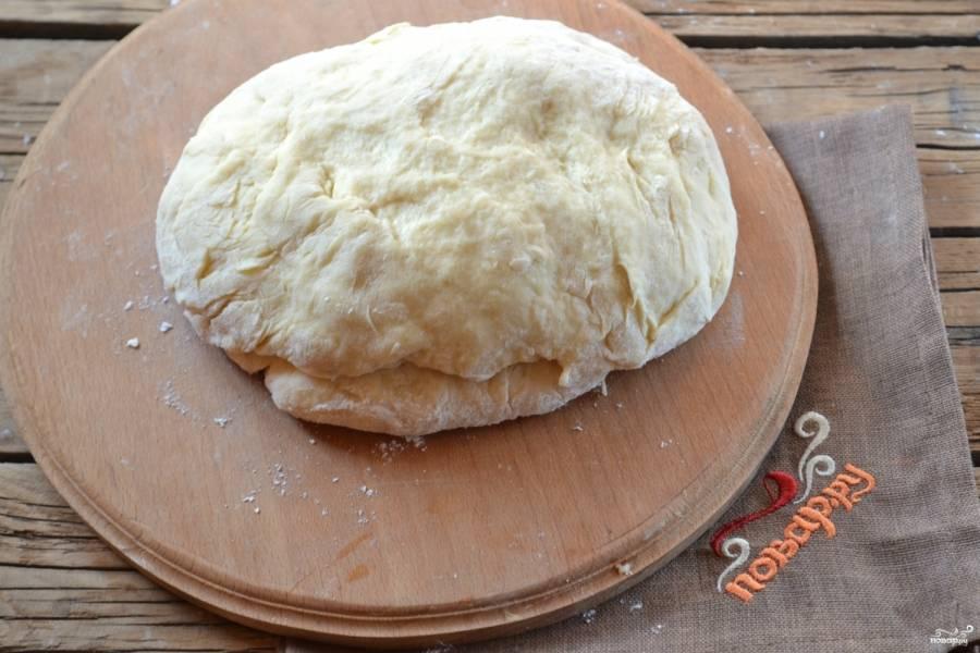 Тесто поставьте в теплое место на 20-30 минут, чтобы оно подошло, а затем снова вымешайте его.