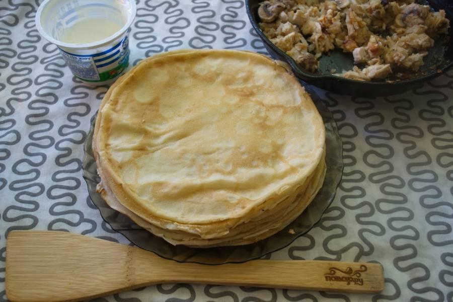 Подготовьте блинчики и начинку. Будем формировать пирог.