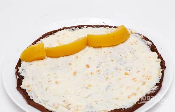 8. Осталось дело за малым: выложите творожную начинку тонким слоем и разместите персики возле края блинчика.