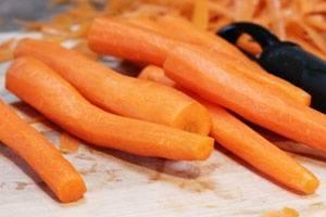 Моем морковь в холодной воде, чистим, натираем на терке.
