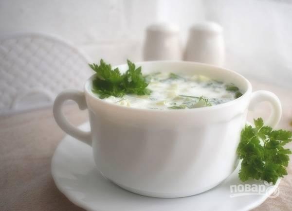 Добавьте измельченные овощи в кефир, посолите и поперчите по вкусу. Подавайте к столу. Приятного аппетита!