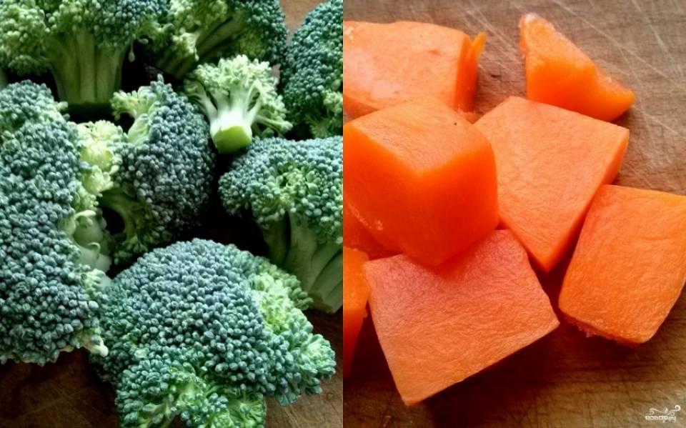"""Включите мультиварку в режиме """"Суп"""" на 1 час. Залейте грудку индейки водой. После того как вода закипит, слейте ее и налейте 2 л горячей воды. Закройте крышку и подготовьте овощи. Тыкву очистите и порежьте крупными кубиками. Брокколи промойте и разберите на отдельные соцветия."""