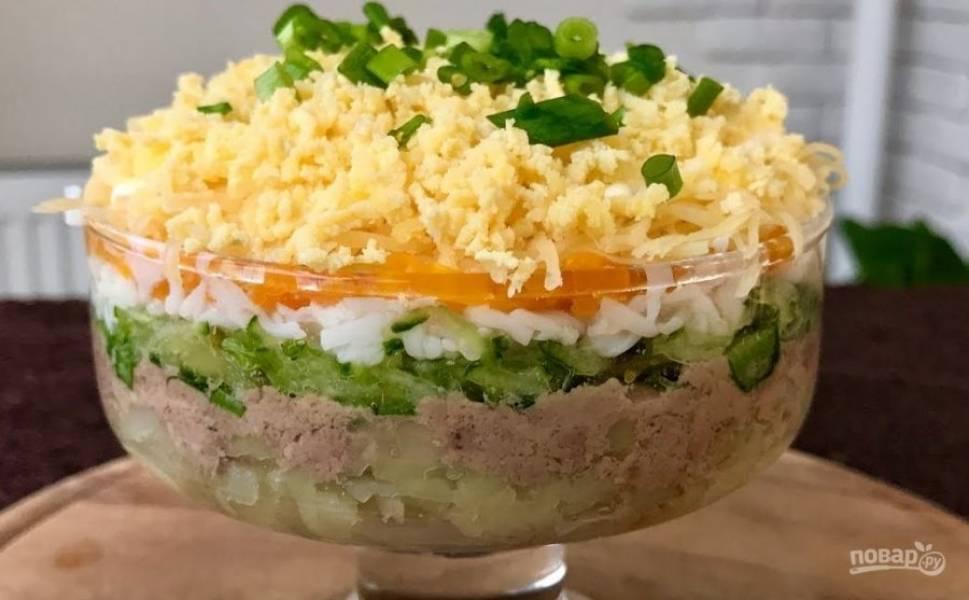 5. Украсьте салат измельченным зеленым луком и отправьте в холодильник на 1 час. Приятного аппетита!