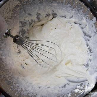 7. В большой миске миксером взбить сливки. Добавить 2 столовые ложки сахара и продолжать взбивать.