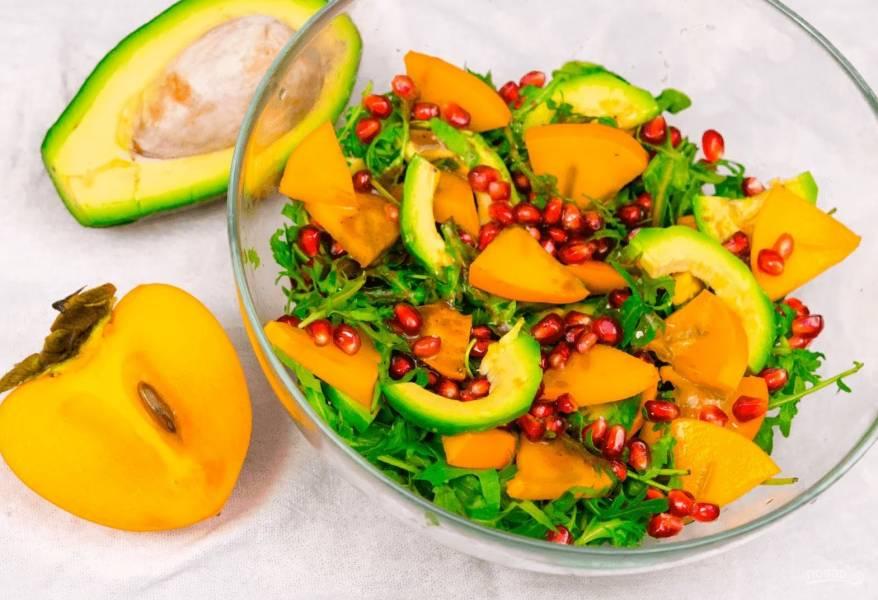 Салат с авокадо и хурмой