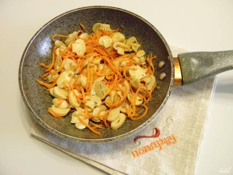 Добавьте грибы к почти готовой моркови, вместе обжарьте их на протяжении пары минут. Снимите с огня.