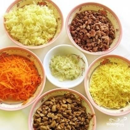 Подготовим все ингредиенты. Грибы мелко нарежем, лук очистим и мелко нарежем, сырую морковь натереть на крупной терке, картофель отварить и натереть на крупной терке, отварное мясо нарезать мелким кубиком, сыр натереть.