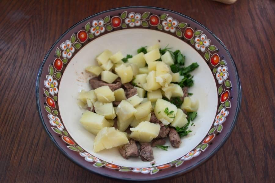 Отварите куриную печень. Нарежьте мелко. Отварную картошку очистить и нарезать кубиком. Измельчите зелень.