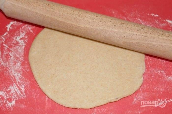 4.Раскатайте тесто скалкой в тонкий пласт.