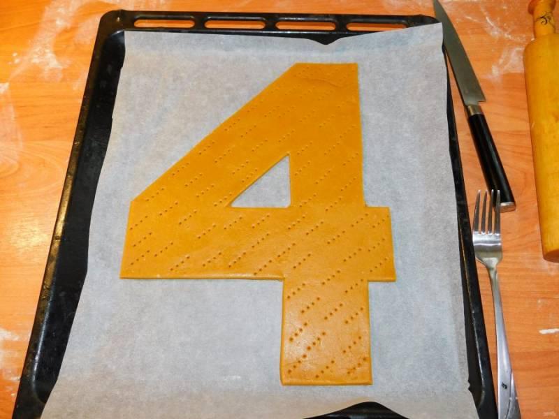 Наколите тесто вилкой и выпекайте при 180С минут 5-7. Коржи готовятся очень быстро.  Готовые коржи остудите.