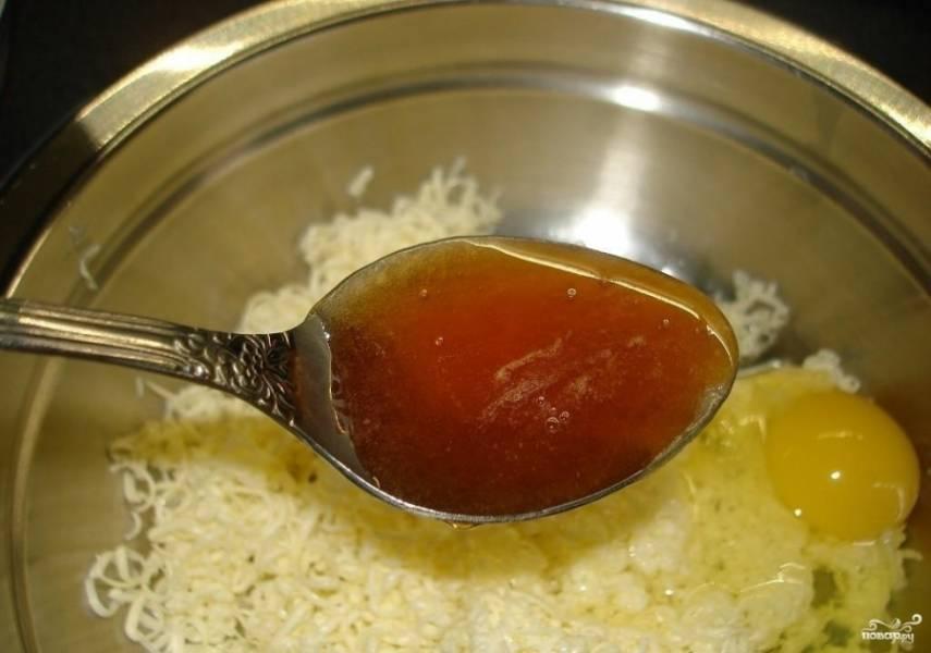 1.Масло заранее кладем в морозильную камеру, чтобы оно подмёрзло. Затем достаем его и натираем на мелкой терке в миску. Добавляем яйцо, соль и мед.