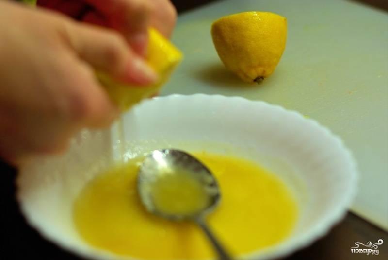К меду наливаем оливковое масло и выдавливаем сок лимона, добавляем по вкусу соль, приправы.