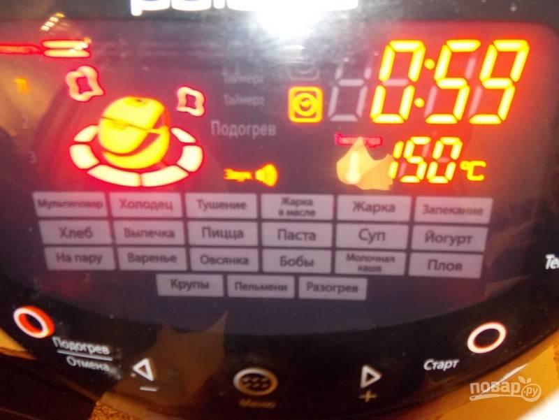 """Теперь перелейте полученную массу в чашу мультиварки. Установите режим """"Мультиповар"""" с t=150 градусов и временем — 60 минут. Крышку не закрывайте."""