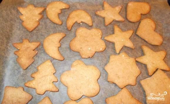 Выпекаем печенья в разогретой до 200 градусов духовке минут 7-10.