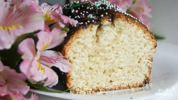 Пока кекс готовится, сделайте глазурь. Оставшееся масло растопите с шоколадом. Покройте глазурью остывший кекс, а сверху украсьте кондитерской посыпкой.