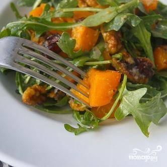 8. Посыпать салат солью и перцем и сразу же подавать.