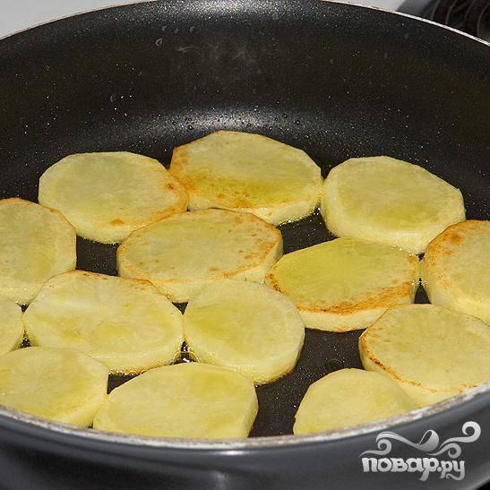 Почистите картошку и порежьте кружками, посолите и обжарьте на сковороде с каждой стороны.