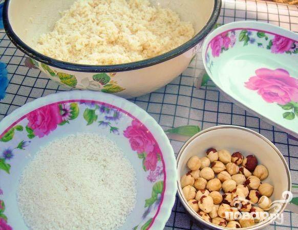 3.Орехи использовать здесь можно любые, мы используем фундук. Обжарим и очистим орехи. В отдельную посуду насыпаем кокосовой стружки, возьмем орехи и сладкую массу.