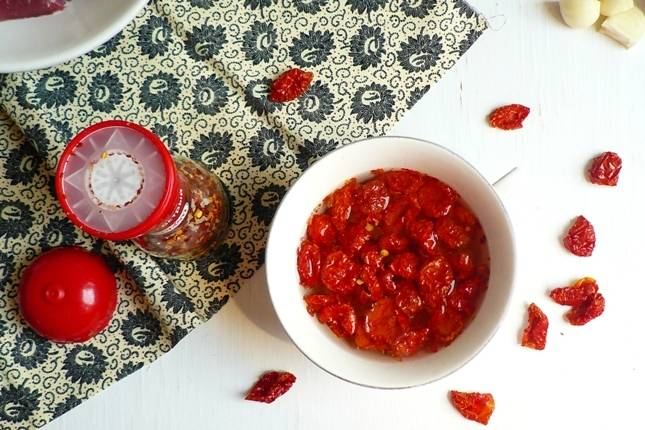 2. Первым делом нужно залить помидорки кипятком и дать им настояться минут 20.