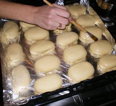 6. Противень смазать растительным маслом или застелить пергаментом для выпечки. Выложить пирожки на расстоянии друг от друга, так как пирожки с тыквой в духовке в домашних условиях будут увеличиваться в размерах. Для дополнительного блеска можно смазать их взбитым яйцом. Отправить в предварительно разогретую духовку.