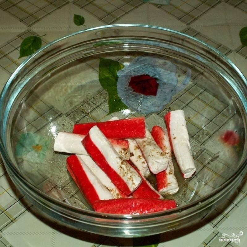 Крабовые палочки кладем в мисочку, солим, перчим, сбрызгиваем соком половины лимона и оставляем на 15 минут.