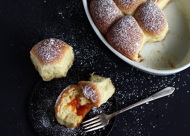 10. Вот и весь секрет, как сделать сладкие булочки из дрожжевого теста. Перед подачей сверху их можно присыпать сахарной пудрой или корицей, например.