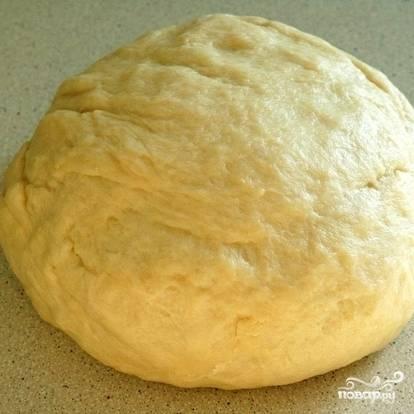 Замесим тесто, формируем из него колобок. Тесто должно получиться гладким, однородным. Не ленитесь месить: чем лучше вымесите, тем вкуснее будут пирожки.