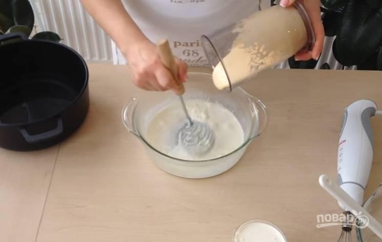 3.Хорошо подогретые сливки снимаете с огня, вливаете взбитые яйца и все время перемешиваете, чтобы желтки не свернулись.