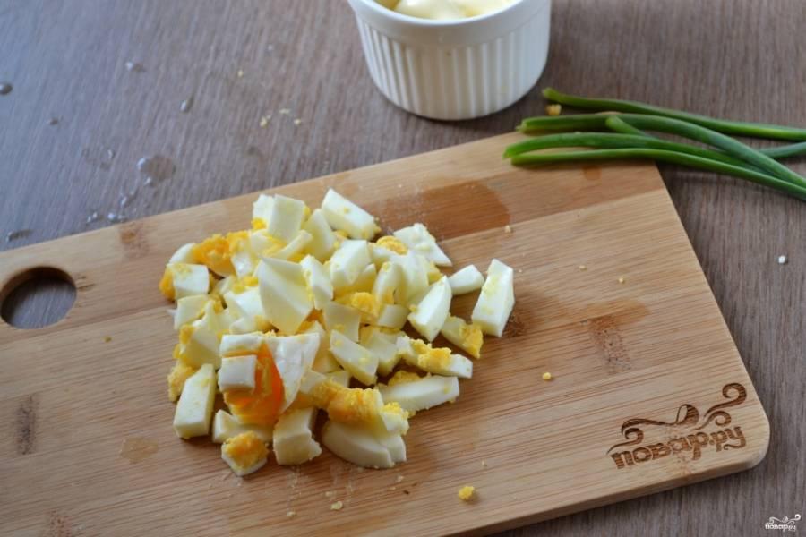 Яйца очистите и мелко порубите ножом.