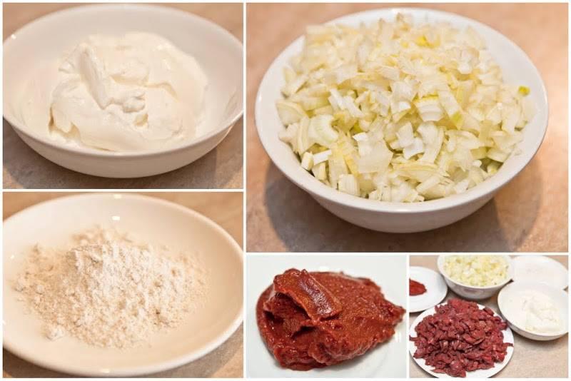 Мелко нарезаем лук. Отмеряем сметану, томатную пасту и муку.