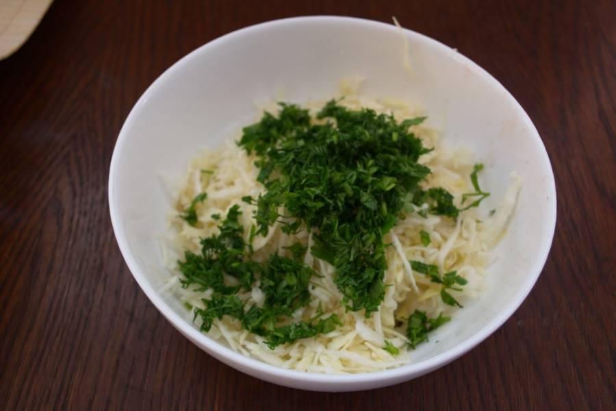 Измельчите зелень. Можно взять любую часть зелени. Если салат будет подаваться к обеду в будний день, то, наверное, лучше исключить зеленый лук. Нарезанную зелень добавьте в салатник.