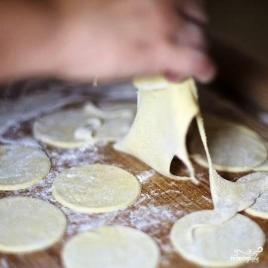 Из оставшегося теста можно скатать новый шар теста, его тоже раскатать и нарезать на круглые лепешки.