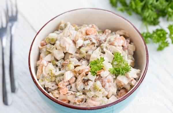 Салат с маринованными грибами и курицей