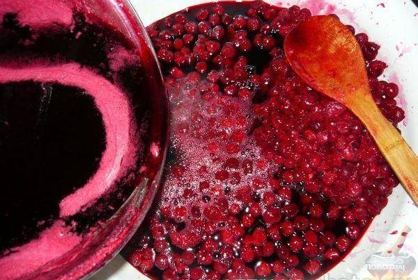 Готовый вишневый сироп нужно влить к ягодам. Аккуратно перемешивая деревянной ложкой, довести до кипения. Варить 5 минут, собирая пенку.