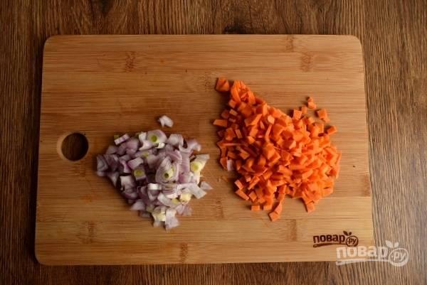 Лук и морковь нарежьте мелкими кубиками.