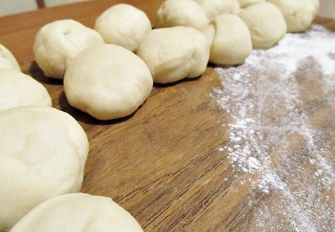 Через пол часика достаем тесто и разделяем его на 20 равных шариков.