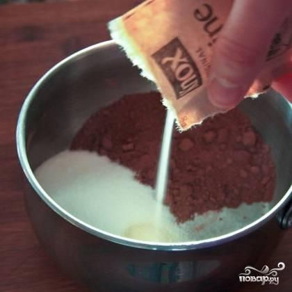 Берем небольшую кастрюльку, смешиваем в ней какао-порошок, оставшийся сахар и пакетик желатина.