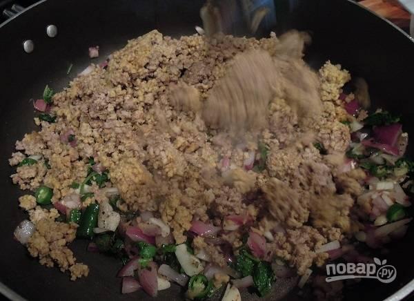 2. Добавьте пропущенное через мясорубку мясо.