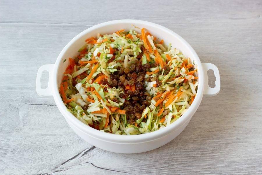 Соедините капусту, морковь, яблоко и изюм. Можно добавить прованские травы, если любите.