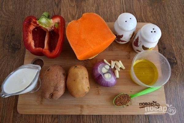 Духовку разогрейте до 200 °C. Подготовьте необходимые продукты. Овощи вымойте, лук и чеснок очистите. Удалите семена и плодоножку у перца.