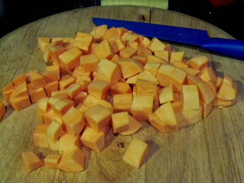 Режем тыкву, картошку и лук на небольшие кусочки.