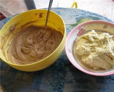 7. Поделить тесто примерно поровну. В одну часть добавить 1-2 ложки какао.