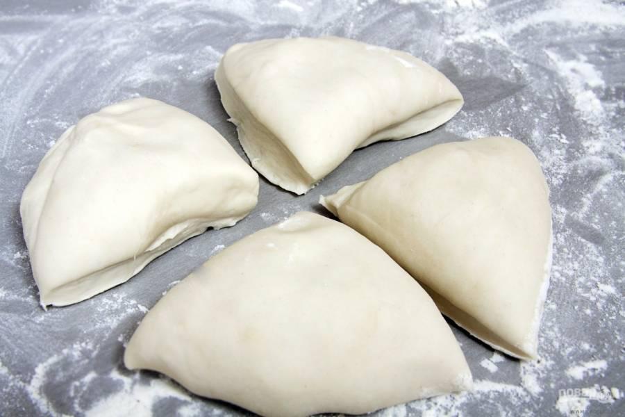 Разделите тесто на 4 равные части. Каждую раскатайте по размеру формы для выпечки.