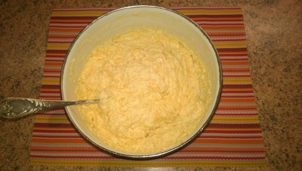 3. Тесто должно получиться достаточно густым. Влажными руками отделяйте от общей массы небольшой кусочек, формируйте шарик и, сдавив ладонями с двух сторон, придавайте форму сырника.