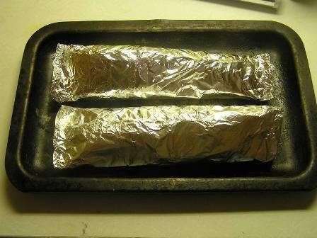 Выкладываем упакованную рыбу на противень и отправляем в нагретую до 200 градусов духовку на 30-35 минут.